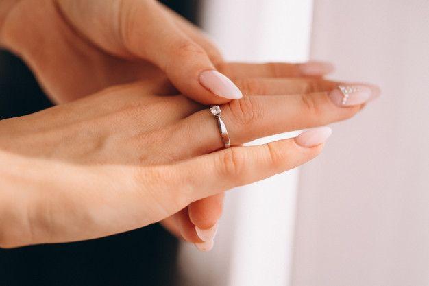 manos-femeninas-anillo-bodas