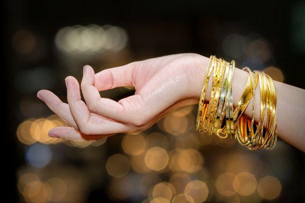 mujer-mano-sostiene-joyas-pulsera